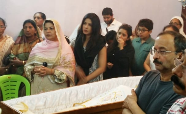 Priyanka bids farewell to her grandmother in Kerala (http://www.mathrubhumi.com/polopoly_fs/1.1111807!/image/image.jpg_gen/derivatives/landscape_607/image.jpg)